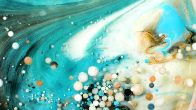 vídeos de stock e filmes b-roll de colorful paint in bubbles organically moves in the liquid - matéria corante