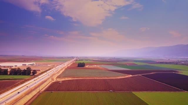 vidéos et rushes de patchwork coloré des champs près de salinas, ca - vue aérienne - vallée