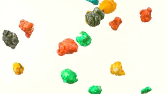stockvideo's en b-roll-footage met colorful popcorn falling, slow motion - popcorn