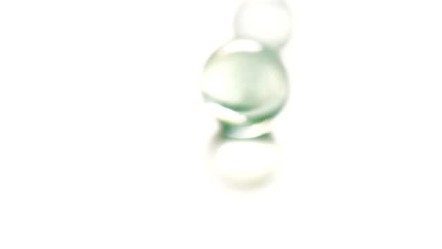 stockvideo's en b-roll-footage met kleurrijke rollende glazen knikkers - marmer