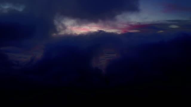 stockvideo's en b-roll-footage met kleurrijke lucht achter wolken op de top van maui vulkaan - mist donker auto