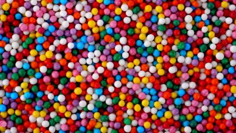 vídeos y material grabado en eventos de stock de chispitas de colores azúcar caramelo en blender. - dulces