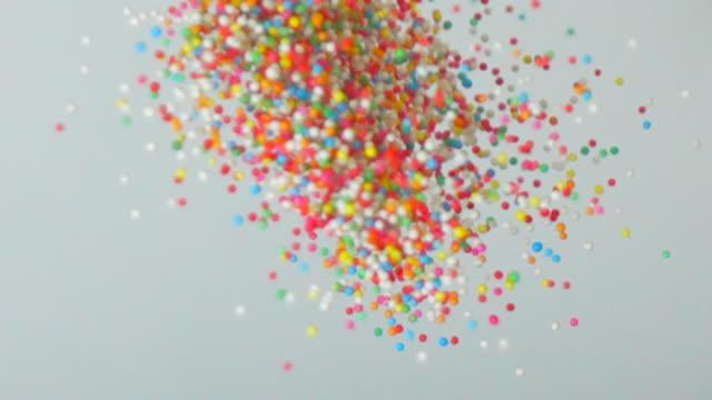 färgglada socker godis bollar i slow motion - videor med baka bildbanksvideor och videomaterial från bakom kulisserna