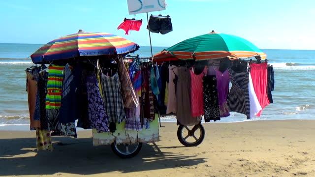 renkli yaz sahilde sokak satıcıları tarafından satılan elbise - pazarcı stok videoları ve detay görüntü çekimi