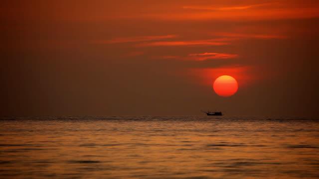 熱帯の海で色鮮やかな夕焼け。 - サムイ島点の映像素材/bロール