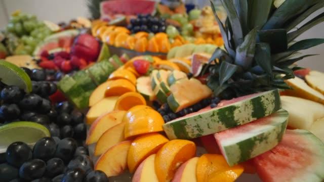vídeos de stock e filmes b-roll de colorful tropical fruit wedding buffet - damasco fruta