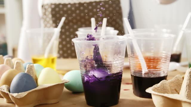 coloring easter eggs with natural dye - doğal koşul stok videoları ve detay görüntü çekimi