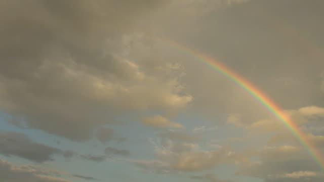 空に虹の色が消える - レインボー点の映像素材/bロール