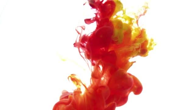 färg bläck reagerar i vatten skapa abstrakta moln formationer. röd gul bläck på vit bakgrund - akrylmålning bildbanksvideor och videomaterial från bakom kulisserna