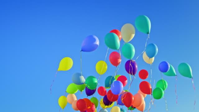 slo mo ld mavi gökyüzünde yüzen renkli balonlar - balon stok videoları ve detay görüntü çekimi