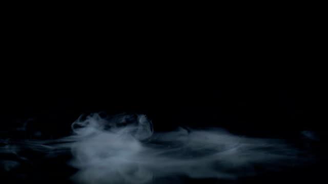 Eine Rauchsäule auf einem Spiegel, Zeitlupe – Video