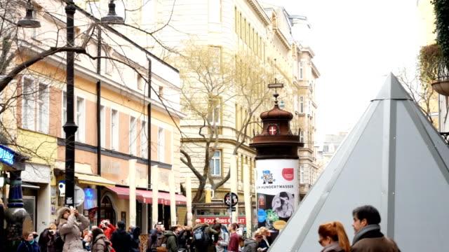 spalte zu befestigen plakate in wien, österreich - sportliga stock-videos und b-roll-filmmaterial
