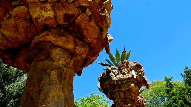 vídeos de stock e filmes b-roll de columns in antoni gaudi's park guell, barcelona, spain - mosaicos flores