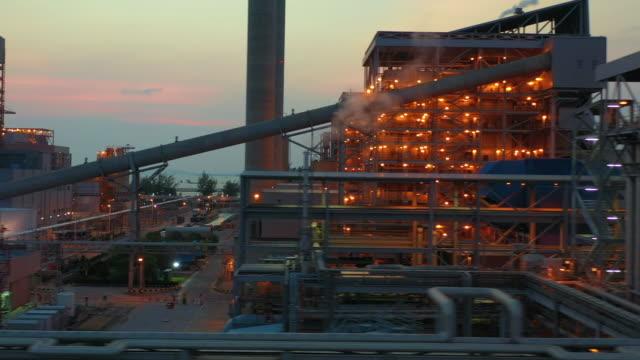 vídeos y material grabado en eventos de stock de planta de energía térmica combinada al atardecer, central eléctrica de ciclo combinado de visión aérea grande. - generadores