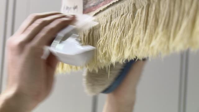 pettinare tappeto con frange - tappeto video stock e b–roll