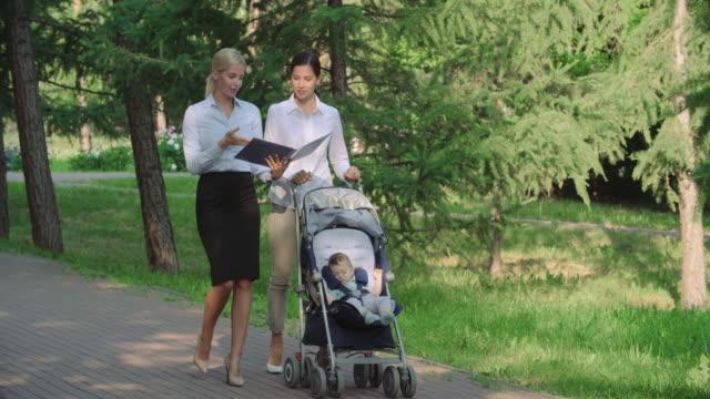 vidéos et rushes de alliant travail et de la maternité - femmes actives