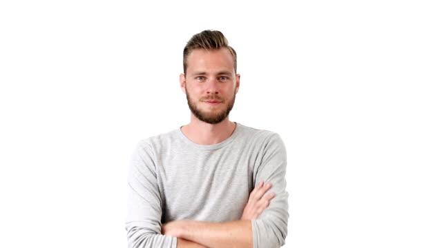 komfortable mann im grauen shirt - mann bart freisteller stock-videos und b-roll-filmmaterial
