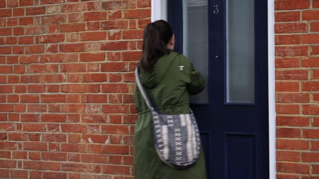 kommande hem, låsa upp ytterdörren. - ytterdörr bildbanksvideor och videomaterial från bakom kulisserna