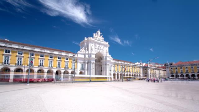 commerce square nel centro di lisbona, portogallo, nei pressi del fiume tago è una delle più grandi piazze in europa time lapse hyperlapse - lisbona video stock e b–roll