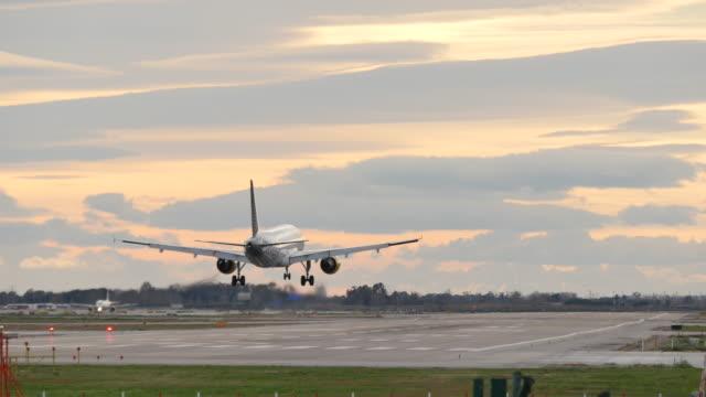 Avión Avión aterrizando en el Aeropuerto de Barcelona  - vídeo