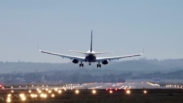 commercial airplane landing in the morning - табло вылетов и прилётов стоковые видео и кадры b-roll