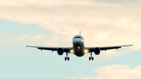 vidéos et rushes de avion commercial sur approche d'atterrissage. avion voler dans le ciel. - avion