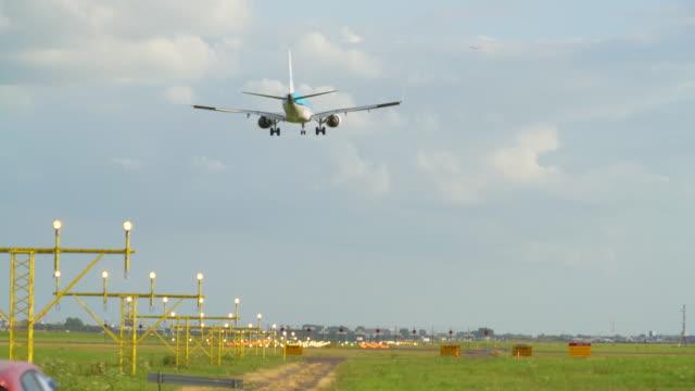 stockvideo's en b-roll-footage met commerciële vliegtuig vervoeren passagiers landing op schiphol airport - schiphol