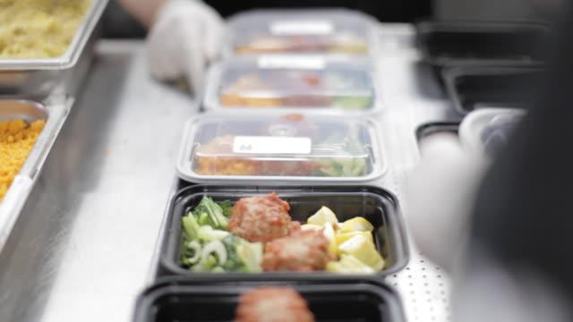 commercial kitchen food preparation - prepared meals - taca filmów i materiałów b-roll