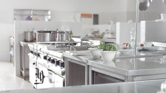 cucina commerciale - kitchen situations video stock e b–roll