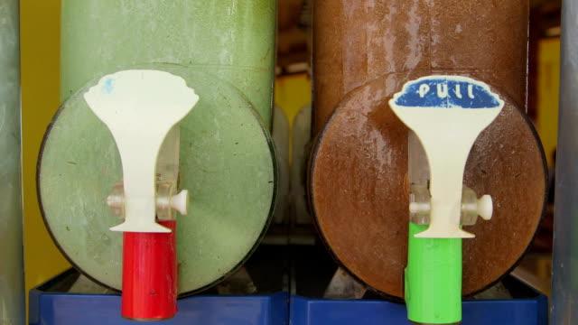 vídeos de stock e filmes b-roll de comercial neve derretida máquina de bebidas congeladas - bebida fresca