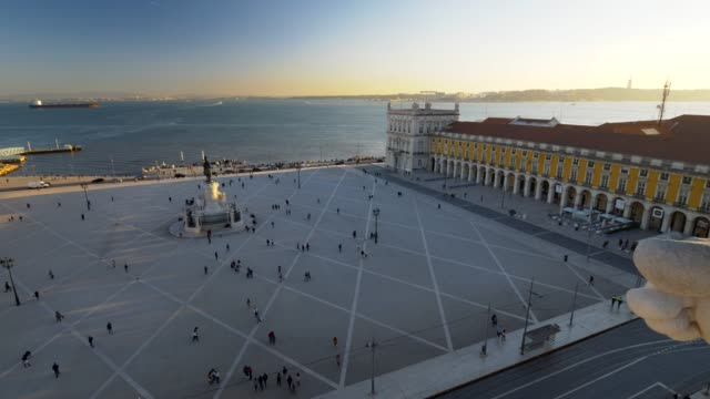 vídeos de stock e filmes b-roll de commercial square in sunset lights. lisbon, portugal. panoramic shot. view from the observation deck on triumphal arch of the augusta street - people lisbon
