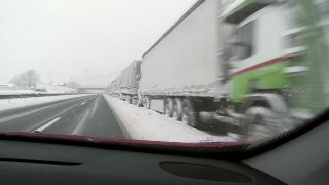 vidéos et rushes de hd: camions professionnels non comprises du feu - pont gênes