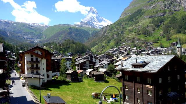 stockvideo's en b-roll-footage met commercieel bruikbare-2 clips-iconische matterhorn en dorp van zermatt, zwitserland tijdens zonnige dag - zermatt