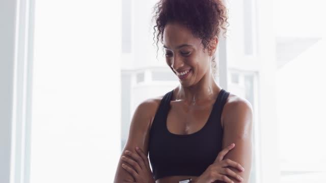 åta sig att bettering dig varje dag - gym skratt bildbanksvideor och videomaterial från bakom kulisserna