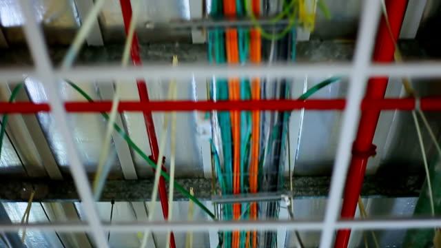 comunicazione del nuovo edificio-cavi e condotte - soffitto video stock e b–roll