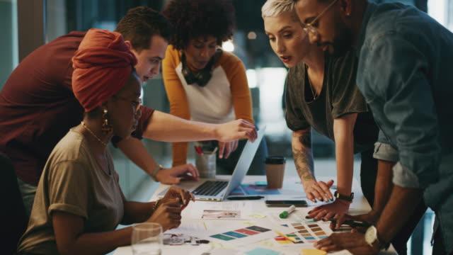 vídeos y material grabado en eventos de stock de la comunicación es esencial en los negocios modernos - grupo multiétnico