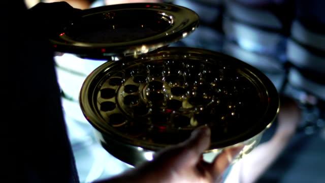 vídeos de stock, filmes e b-roll de igreja de comunhão no pão cup, realizada por lanterninha - primeira comunhão