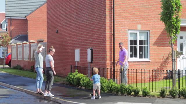 stockvideo's en b-roll-footage met een community-inhaalslag - buren