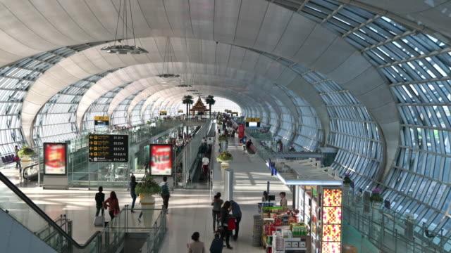 vídeos de stock, filmes e b-roll de circular no aeroporto - estilo de vida dos abastados