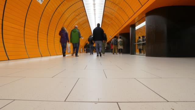 pendlare på münchens tunnelbana - munich train station bildbanksvideor och videomaterial från bakom kulisserna