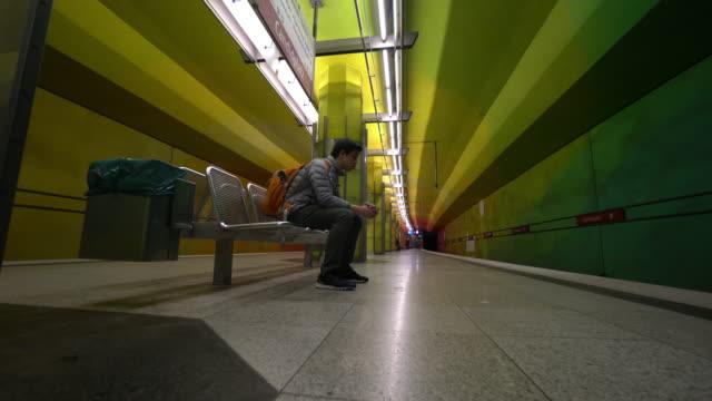 pendlare på tunnelbana plattform i münchen - munich train station bildbanksvideor och videomaterial från bakom kulisserna