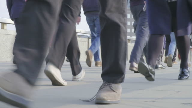 commuter legs at rush hour - london bridge inghilterra video stock e b–roll