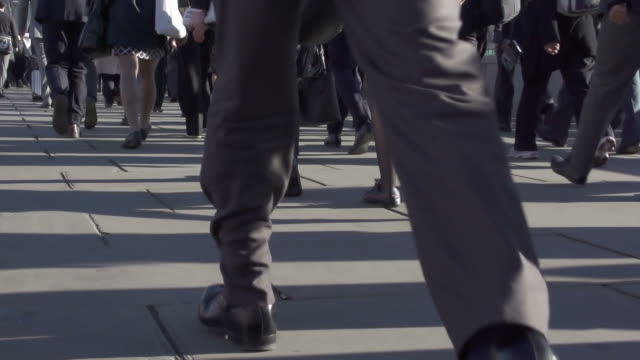 stockvideo's en b-roll-footage met commuters and legs a - menselijke voet