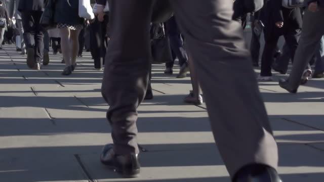vidéos et rushes de tous les voyageurs une ocm & jambes - uniforme