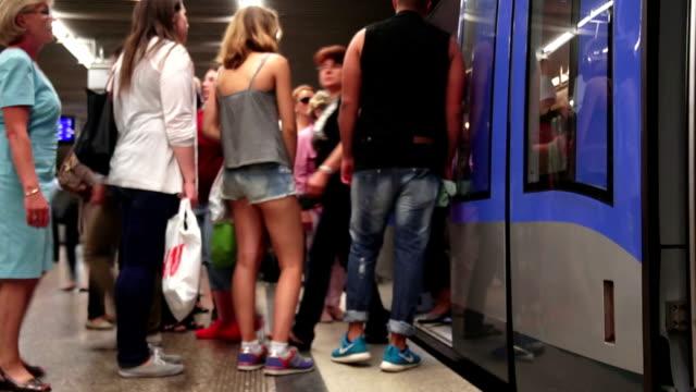 commuters boarding subway train time lapse - munich train station bildbanksvideor och videomaterial från bakom kulisserna