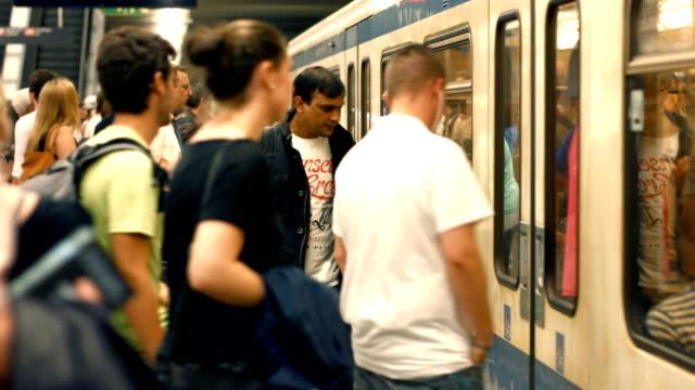 t/l commuters boarding subway train (4k/uhd to hd) - munich train station bildbanksvideor och videomaterial från bakom kulisserna
