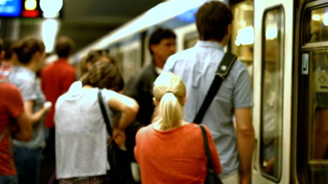osób dojeżdżających do pracy na pokład pociągu metra (4 k/uhd do hd) - wchodzić na pokład filmów i materiałów b-roll