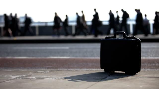 pendolari che: cartella di lavoro - london bridge inghilterra video stock e b–roll