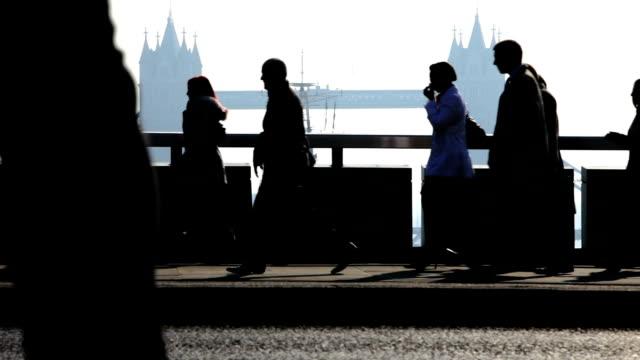 commuters: city workers with london bridge in background - kontrastrik bildbanksvideor och videomaterial från bakom kulisserna