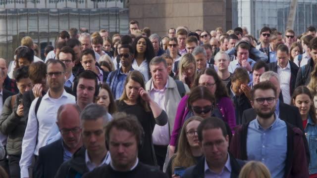pendler überqueren london bridge in der rush hour - bevölkerungsexplosion stock-videos und b-roll-filmmaterial